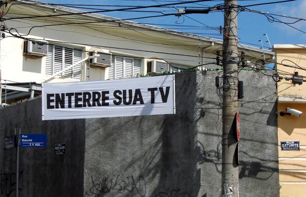 intervenções Poro enterre sua tv