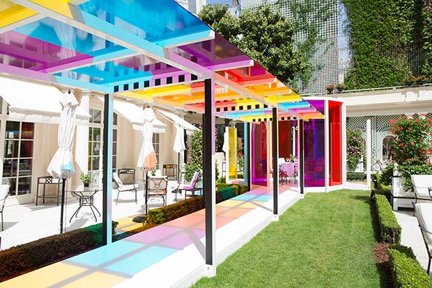 follow-the-colours-daniel-buren-coloree-une-pause-le-bristol-paris-00