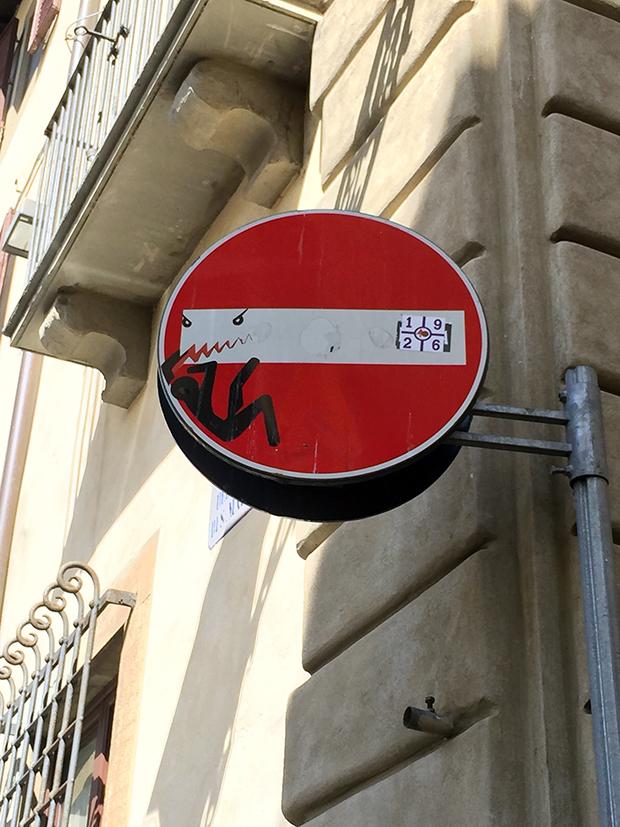follow-the-colours-intervencoes-placas-rua-clet-abraham-italia-07
