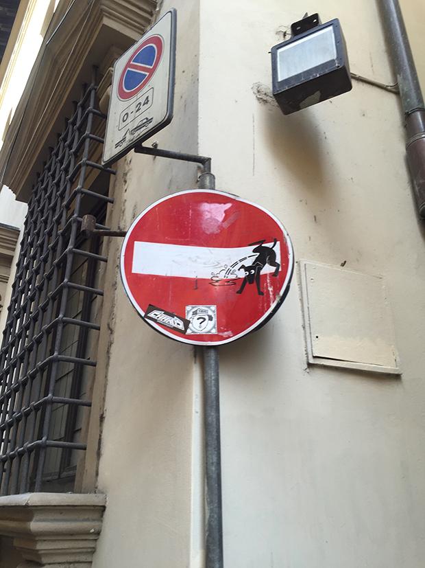 follow-the-colours-intervencoes-placas-rua-clet-abraham-italia-09