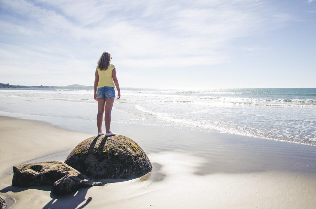 głazy moeraki boulders nowa zelandia - widok na głazy i plażę