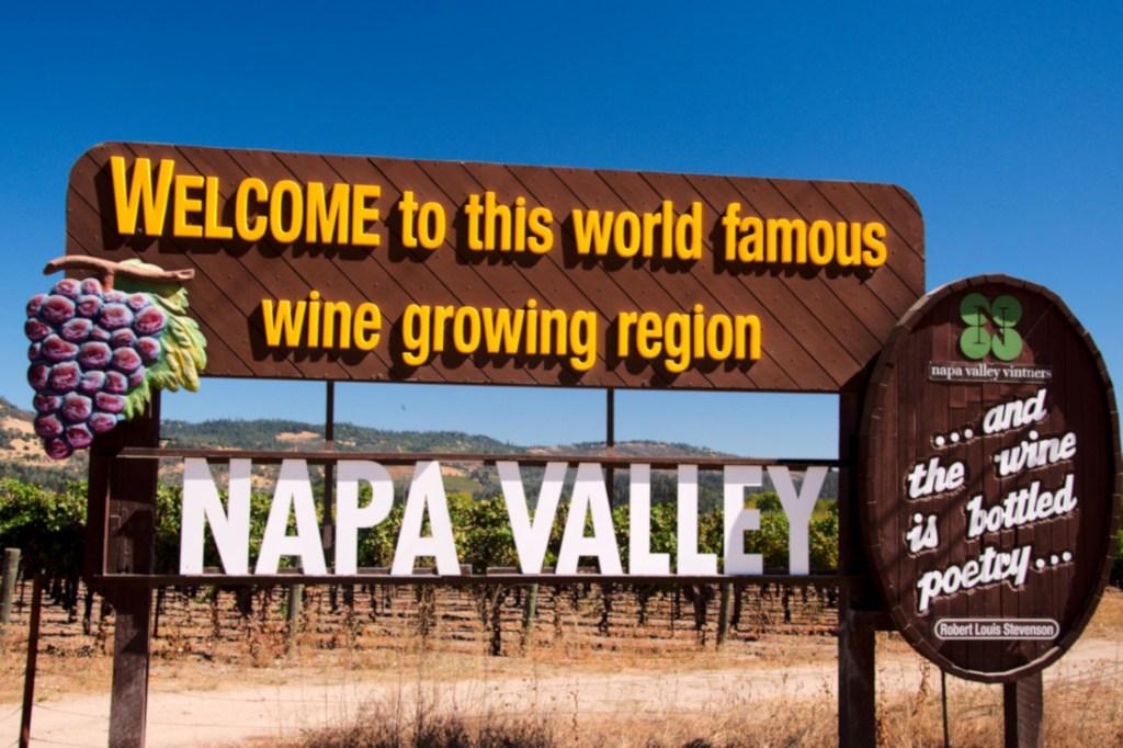 Znak witający w Napa Valley przy drodze przecinającej dolinę