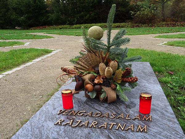 Grabstellen mit Grabplatten auf dem Hindu-Grabfeld in Hamm
