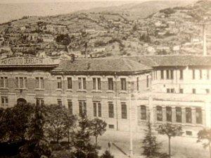 Fondazione Provinciale Bresciana per l'Assistenza Minorile onlus - Effige dell'Istituto sulla facciata dell'edificio