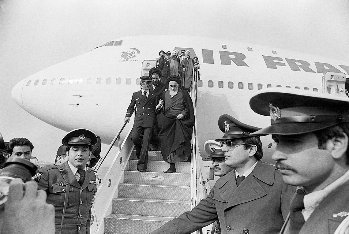 ayatollah-khomeini-stepping-down-from-plane-copia