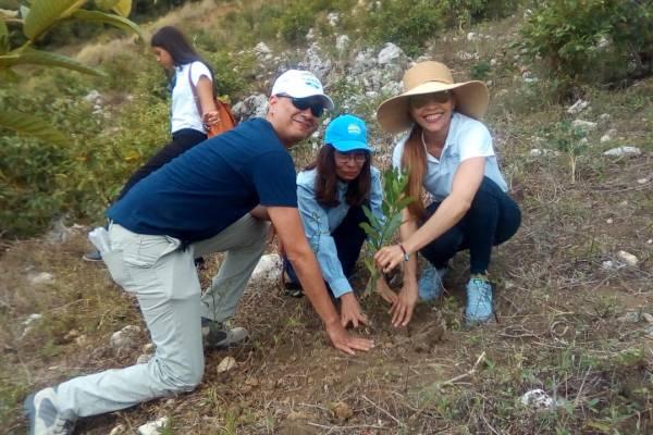Siembra de árboles y recogida de basuras en ribera del Río Yaque del Norte