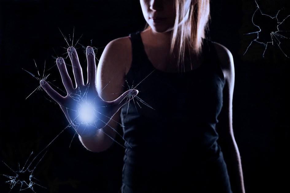 Photomontage-femme-bleu-verre-pouvoir