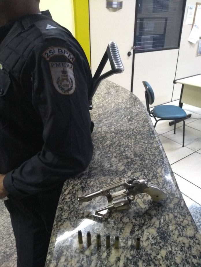 Homem dá entrada em hospital por ferimento com arma e é preso por porte ilegal