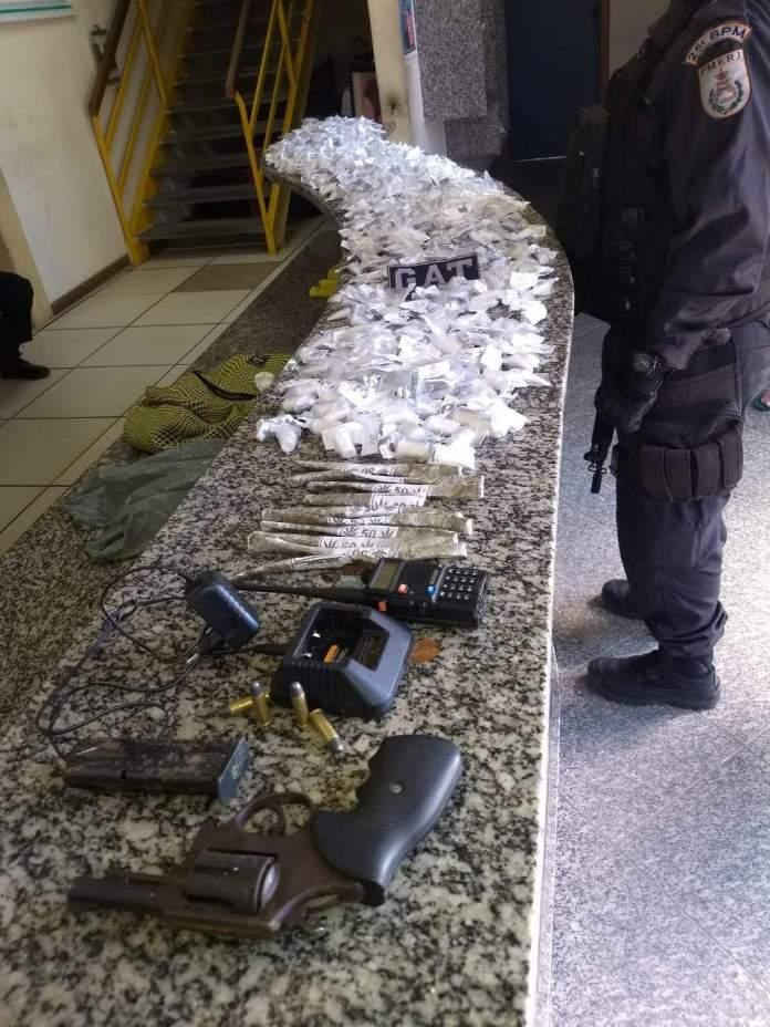 Também foram apreendidas buchas de maconha, duas armas e um rádio transmissor. Foto: PM/Divulgação