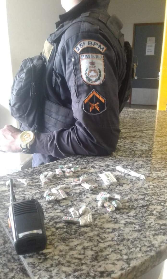 Com o suspeito também foi encontrado um rádio transmissor. Foto: Divulgação/PM