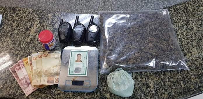 Foram apreendidas maconha, cocaína e rádios transmissores. Foto: PM/Divulgação