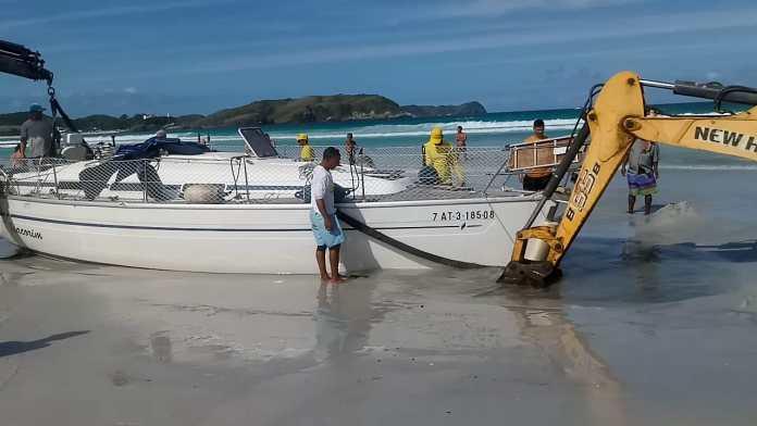 Embarcação tem cerca de 7 toneladas e está há três dias no local. Foto: Prefeitura/Divulgação