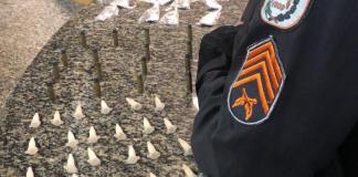Dois homens foram presos acusados de tráfico de drogas, em Búzios, nesta sexta-feira (16).