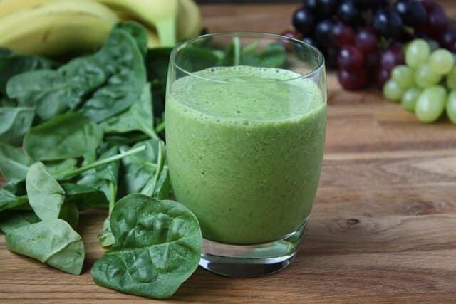 suco espinafre - 10 Alimentos que Ajudam a Emagrecer com Qualidade!