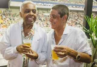 Zeca e Gil tomando cerveja