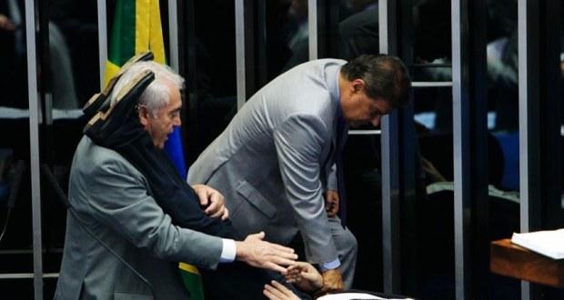 Cid Gomes passa mal durante pronunciamento e é socorrido por senadores