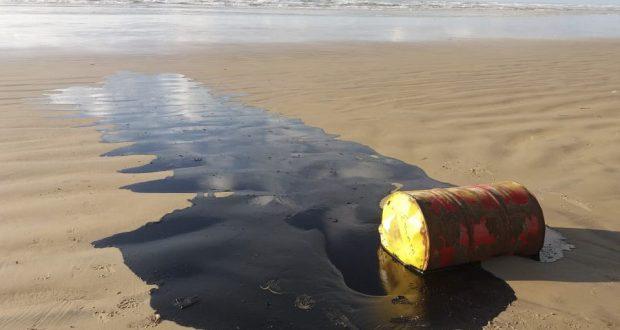 Empresa suspeita de ser responsável pelo vazamento de óleo é notificada