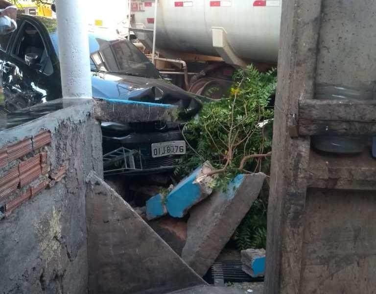 Prefeito de Abaiara é hospitalizado após caminhão pipa colidir no seu carro
