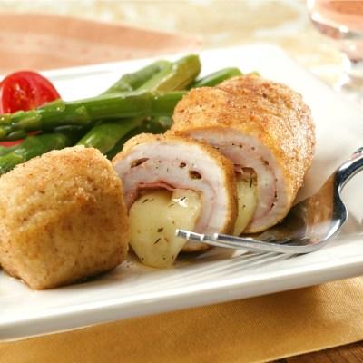 Куриные рулетики с сыром и грибным соусом
