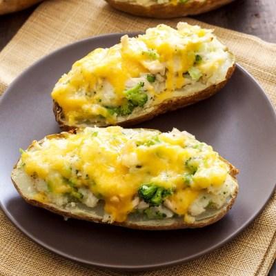 Запеченный картофель с брокколи под сырным соусом