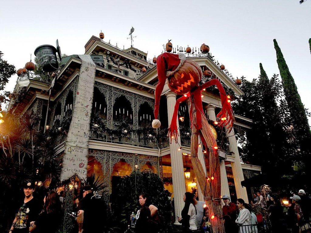 haunted-holiday-mansion-disneyland