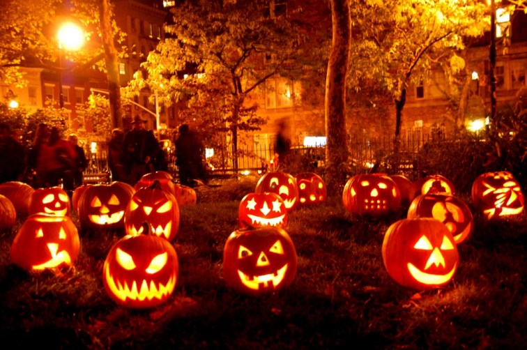 shining-spooky-pumpkins-at-garden-halloween-decors-awesome-outdoor-halloween-decorations-that-make-spooky