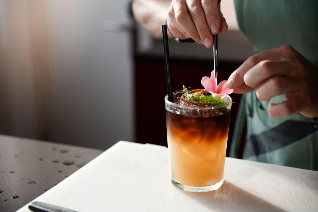 5 recetas de cócteles en tendencia que debes aprender a preparar si deseas incursionar en la mixología