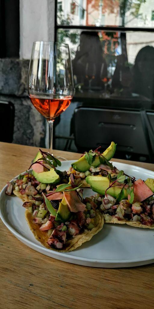 tostadas-ceviche-pulpo-mango-aguacate-vino-rosado-comida-mexicana-comal-de-piedra