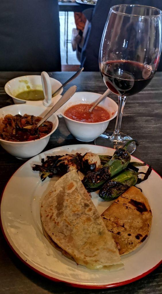 tacos-don-vergas-quesadilla-queso-carne-asada-maridaje-vino-cerveza-sophie-avernin