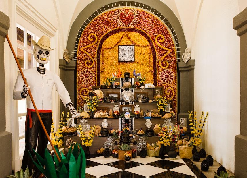 Un altar de Día de Muertos solo está completo con Mezcal Montelobos