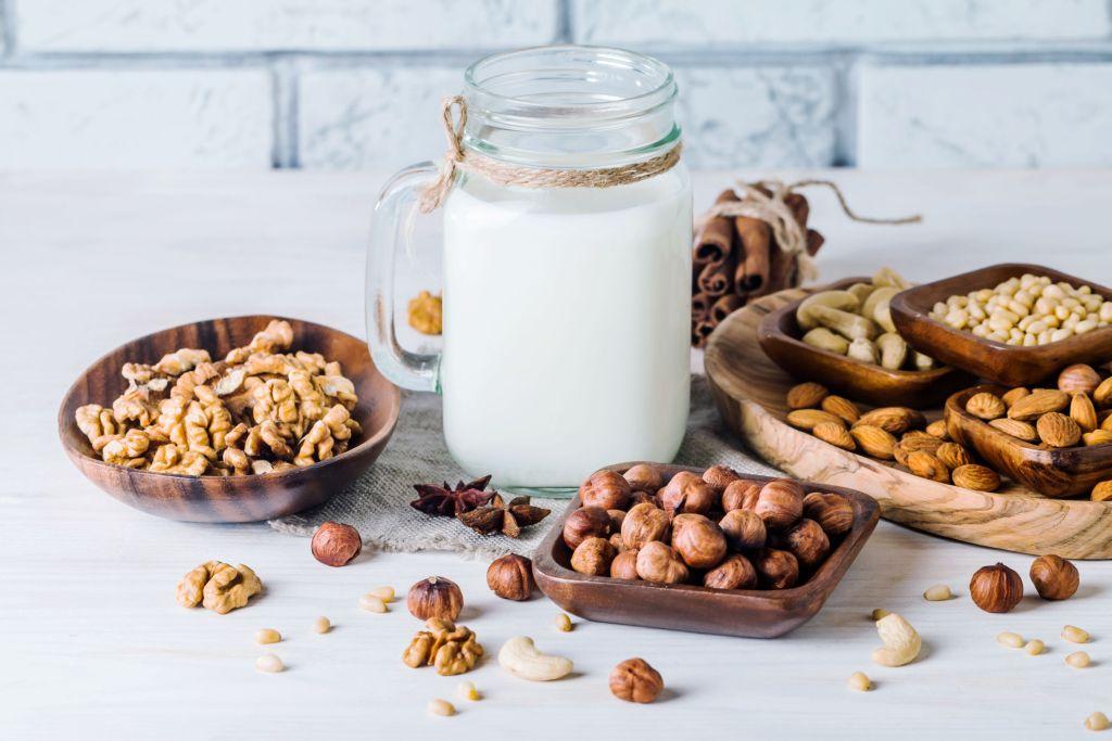 Prepara tu propia leche vegana con estas 4 recetas fáciles (de almendras, de coco y más)