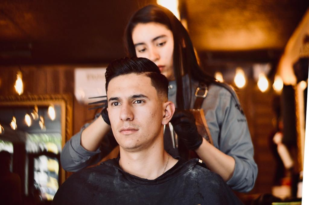 5 tips para cortarle el pelo a tu novio/esposo durante la cuarentena (sin que te acabe odiando)
