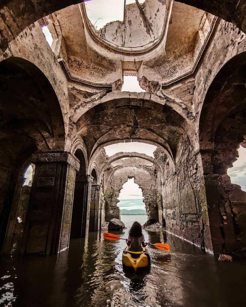 Esta iglesia en Guanajuato estuvo hundida más de 40 años, ahora puedes visitarla a bordo de un kayak