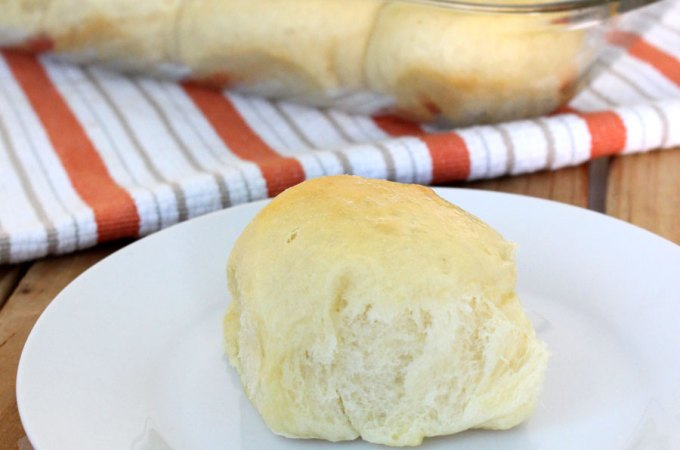 Sweet Hawaiian Dinner Rolls! Because everyone needs a perfect and fluffy roll recipe. @foodapparel