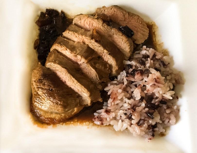 Piept de rata cu sos de caise si orez negru
