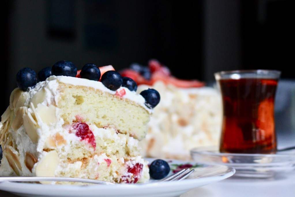 Sponge cake with berries