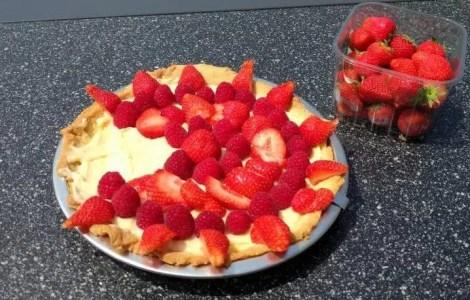 strawberry raspberry creme patissier pie
