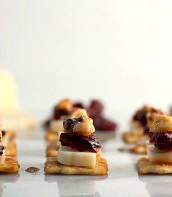 Rows of cranberry walnut flatbread cracker bites