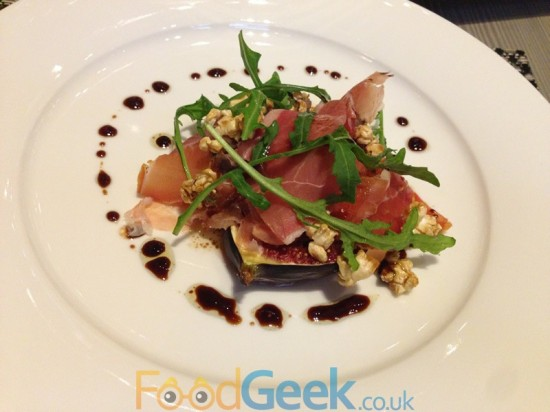 Grilled figs, ham, rocket and spicy popcorn