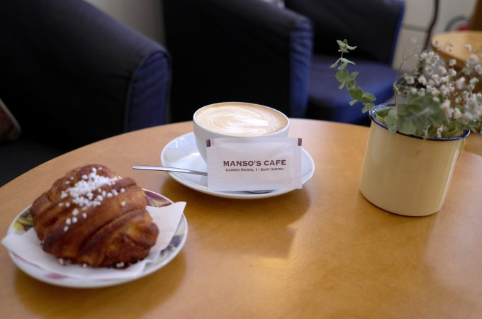 Coffee and a cinnamon roll Manso Nordic Cafe