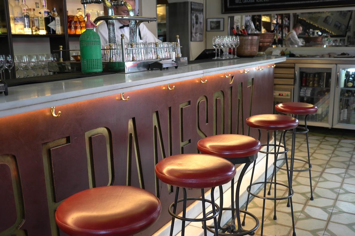 The bar, Entreoanes Diaz