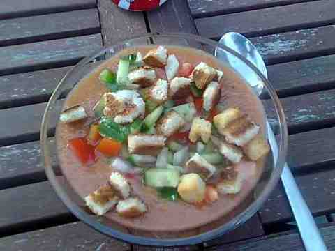 En skål hjemmelavet gazpacho
