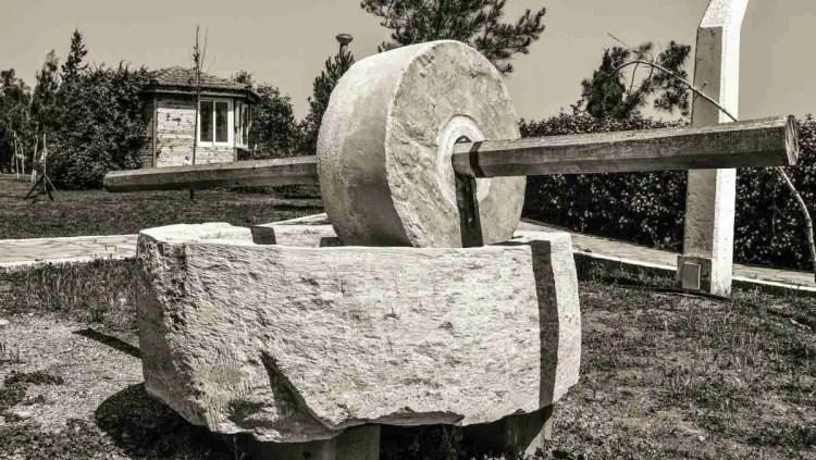 Starinski kamen za mljevenje pšenice