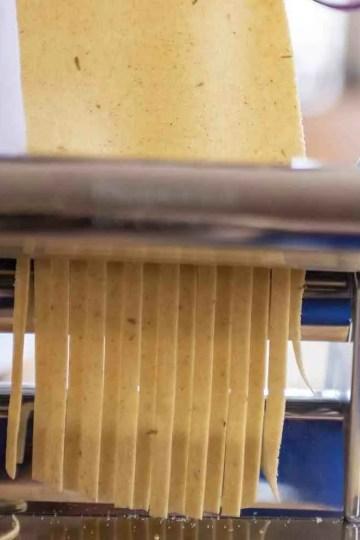 Domaća pašta-tjestenina nije bauk. Napravite ju sami ručno ili uz pomoć stroja za izradupaštu ćete najbrže napraviti uz pomoć stroja
