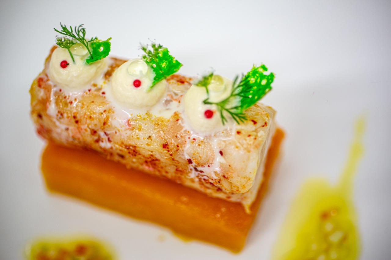 Giromon rôti au roucou, canneloni de langouste au piment doux, mousse d'oursin, tuiles wasabi et sauce vierge exotique