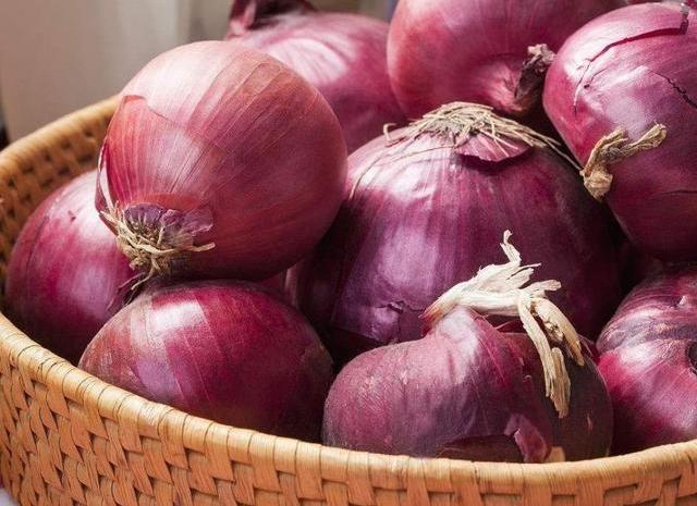 买洋葱时,白洋葱紫洋葱买哪种好