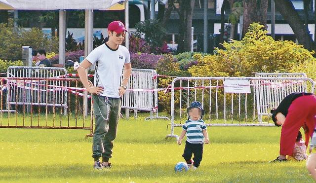 郑嘉颖带儿子公园里玩耍,1岁Rafa帅气可爱