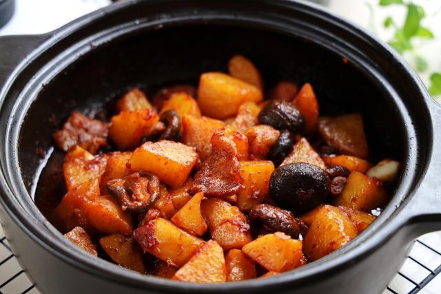 土豆搭配五花肉,做出香软可口