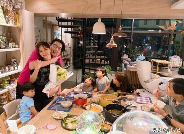 陈嘉桦一家与亲友吃饭庆祝结婚8周年, 夫妻俩秀恩爱儿子则很委屈
