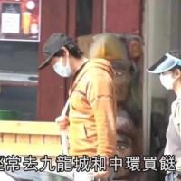 劉青雲夫婦罕露面,拎布包買菜打扮樸素,劉青雲留長發被認成老婆